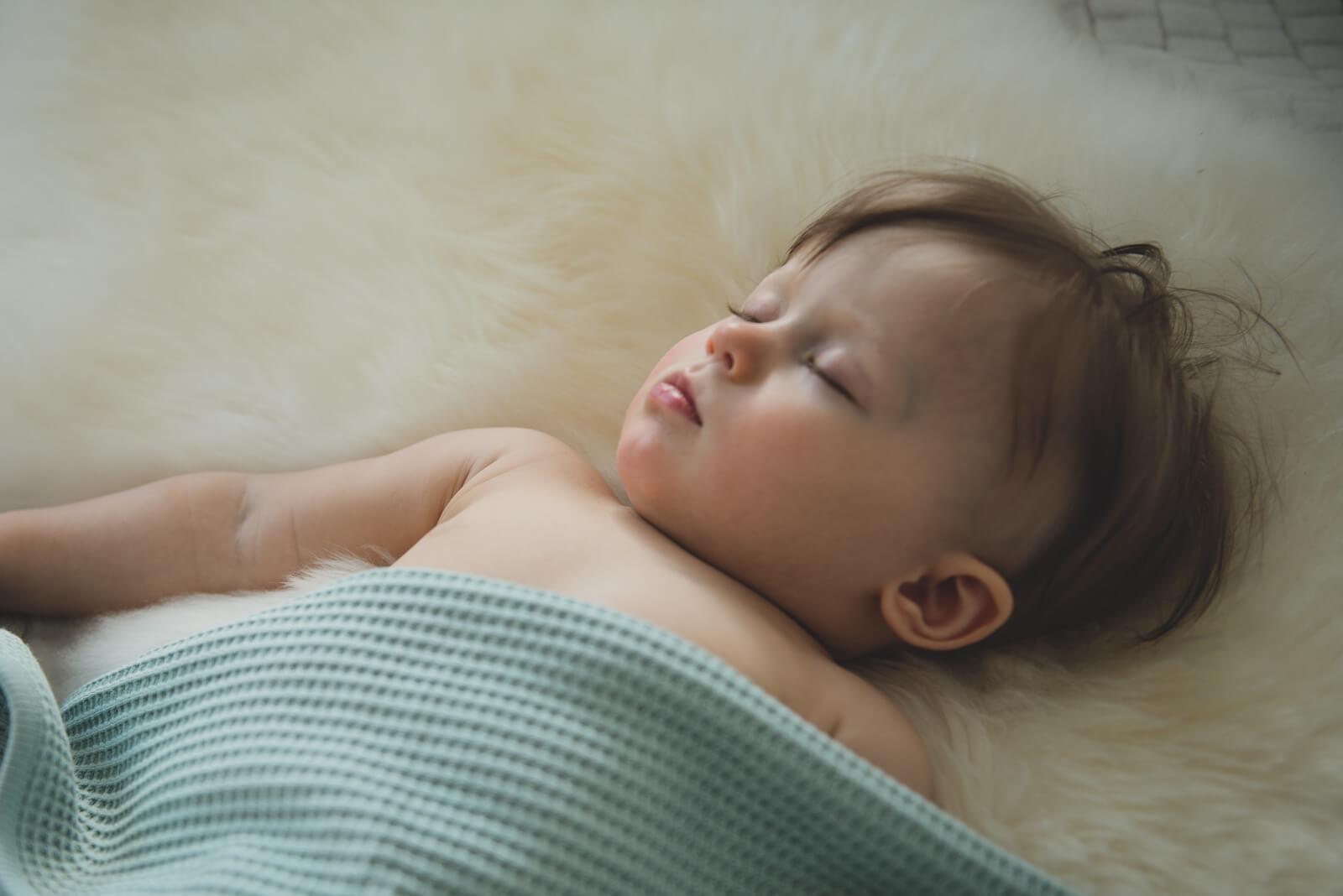muumibaby-luotettava-lapsi-nukkuu