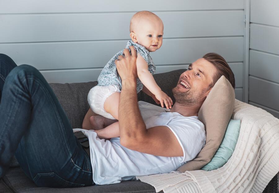 muumibaby-isan-kanssa-sohvalla