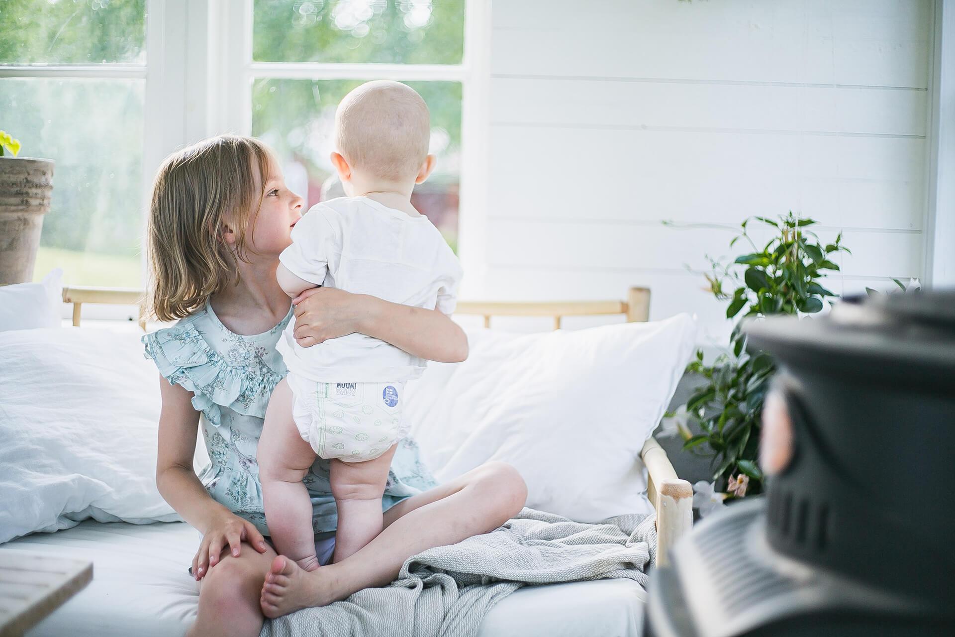 Lapsi ja vauva Muumi Baby -vaipoissa