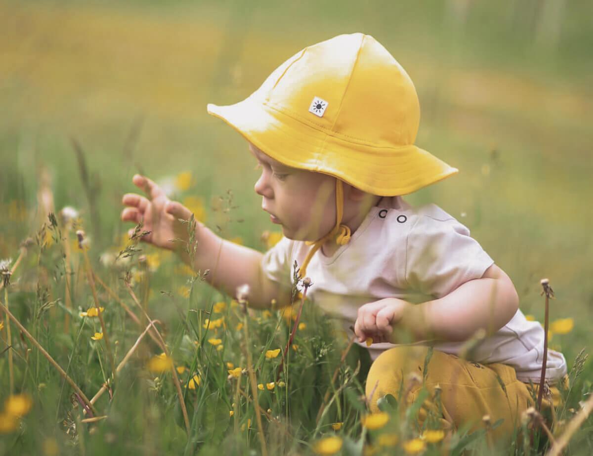 Muumi Baby vauva kukkakedolla